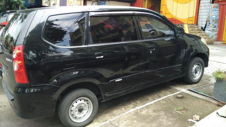 Mobil xenia hitam