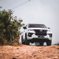 PROMO GRATIS Anti Karat Toyota Fortuner 4 x 2, 2.4 VRZ TRD Luxury 2018 (Fortuner Front Climbing.jpg)